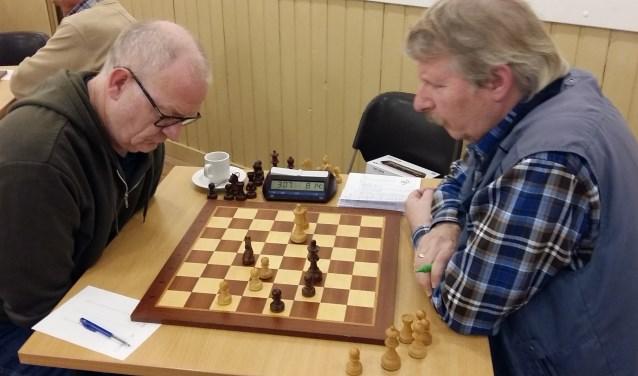 Clubkampioen Ed Duister (links) in zijn eindspel tegen Dirk Jan Olthof.