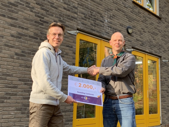 Voorzitter Jeroen Zieleman van Stichting Scouting Lunteren ontvangt een cheque van Frank van Ee van Alfa