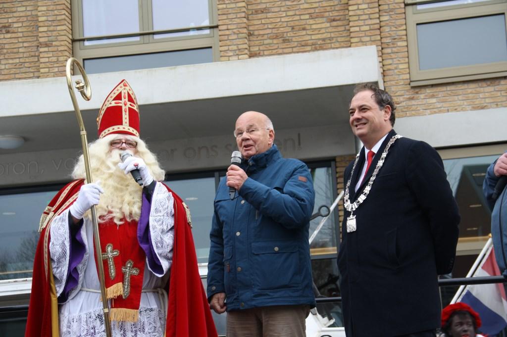 Sinterklaas op het podium met de burgemeester.