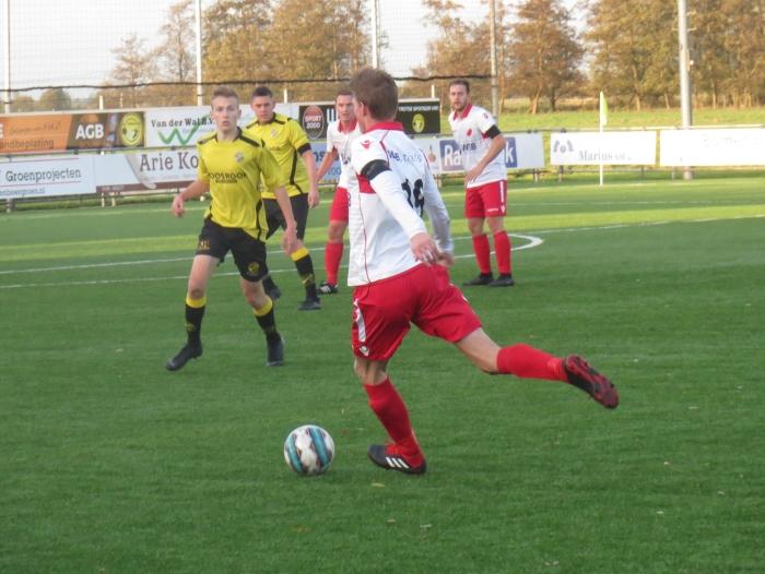 Danny van den Bout namens Hardinxveldten aanval tegen FC Perkouw