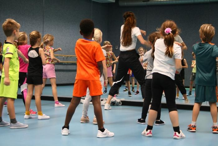 Dansschool DCF laat Ouderkerk aan de Amstel breakdancen  Dine van Erck © BDU media