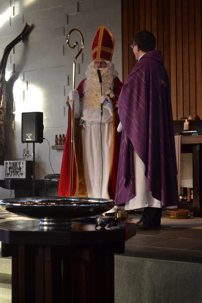 Sint spreekt met voorganger in ZIJN kerkr op het
