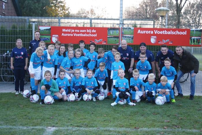 Deelnemers SV AURORA Voetbalschool in het nieuwe sponsortenue.