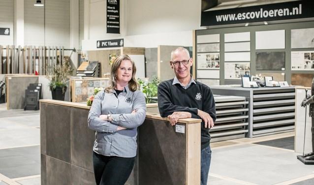 Marieke Onderstal en Jeroen Ketelaar in de showroom van Esco Vloeren in Ede.