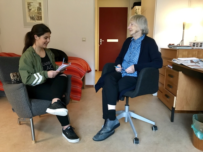 Een studente van Nimeto in gesprek met mevrouw Muinck.