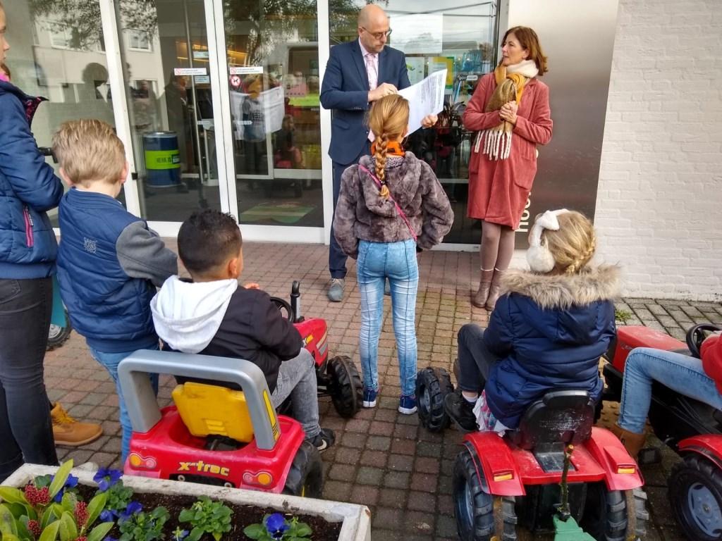 """Wethouder Harrie Dijkhuizen neemt een petitie in ontvangst. ,,Jullie hebben mijn steun!"""" Johan van Beek © BDU media"""