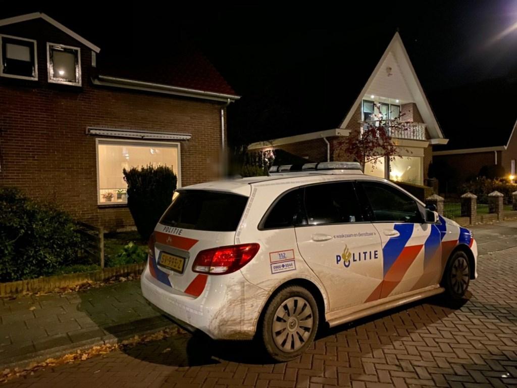 De politie is vrijdagavond aanwezig op de Voorthuizerstraat. Bij het linkerhuis is een inbraak gepleegd. Tim van Donkersgoed © BDU media