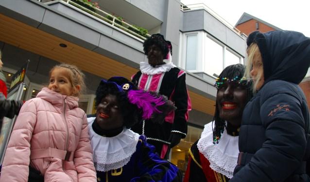 Allemaal op de foto met Zwarte Piet. Arnoud J Spaaij © BDU media