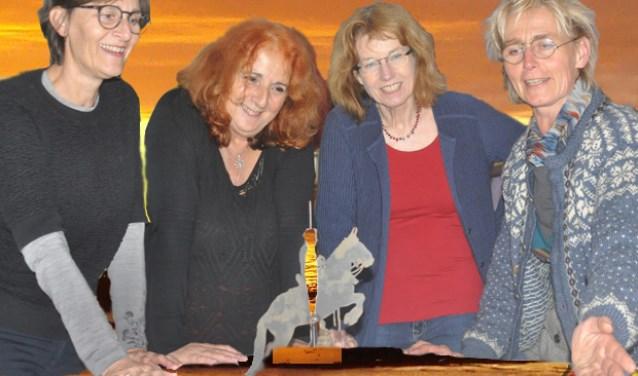 De leden van de eiland haiku jury v.l.n.r. (Marike Leeuwenkamp, Marja Oosterman, Loethe Olthuis, Christel van Vliet omringen het eiland van Schalkwijk ook dit jaar met dichterlijke inzichten