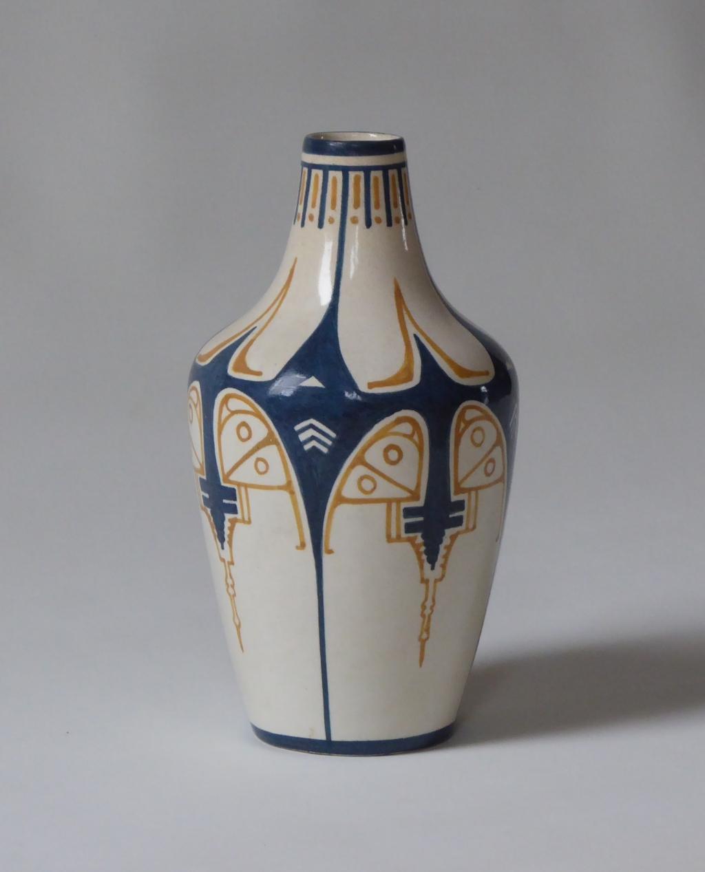 Cornelis de Bruin (1870-1940), Vaas Dordtsche Kunstpotterij (D.K.P.), 1903 – 1906. Geglazuurd aardewerk, 20,1 x 11,2 cm. Particuliere collectie. Cornelis de Bruin © BDU media