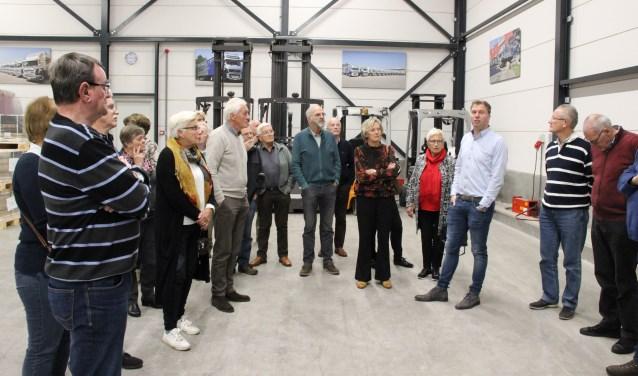 De leden van Oud-Scherpenzeel krijgen een rondleiding door het nieuwe pand van Van Heugten Transport.