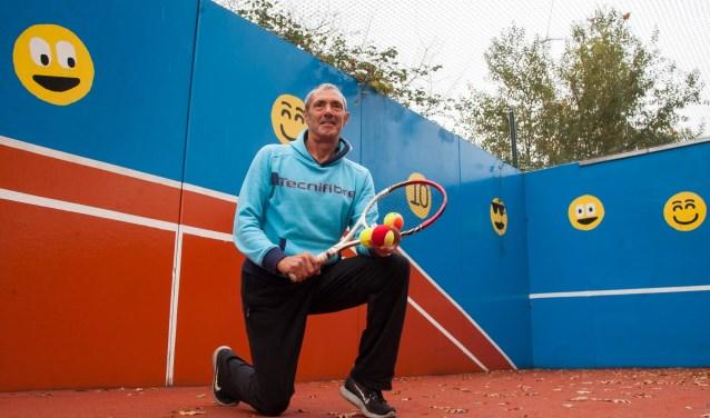 Rinus van Leeuwen op de plek waar hij dagelijks jeugd enthousiasmeert voor de tennissport