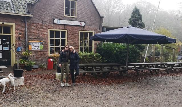 Carlien (links) en Stella zijn druk in voorbereiding op het Berghuis Event
