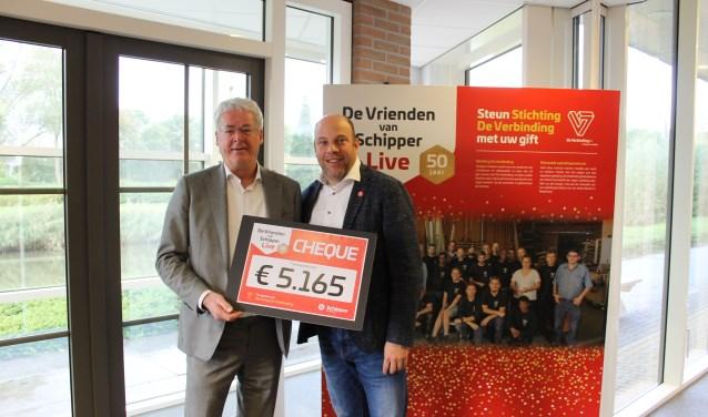 Directeur Jurian Tabbers van Schipper Kozijnen overhandigt cheque aan Toine van Bijsterveld van StichtingDe Verbinding.