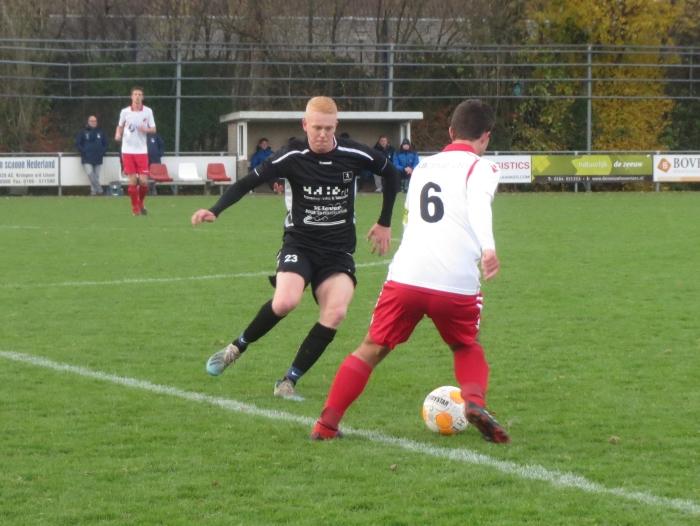 Aron van Andel (6) passeert SV Lopik speler op de middenlijn Teus Stam © BDU media