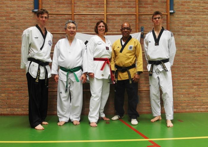 v.l.n.r. Colin van Brakel (Jury), Dennis Lee Kong (groene band) , Annelies van den Wijngaard,(zwarte slip),  hoofdtrainer Sylvestro van der Kooye en Ties van den Wijngaard.(jury) D. Lee Kong © BDU media