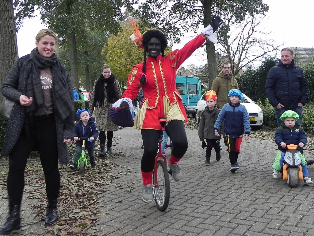 Deze Zwarte Piet reed op een eenwieler tussen de mensen. Richard Thoolen © BDU media