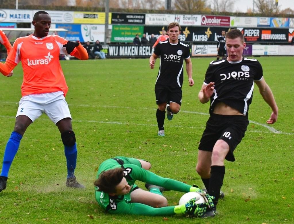 Net voordat Nico van den Brom gevaarlijk kan worden grijpt de doelman van FC Horst in