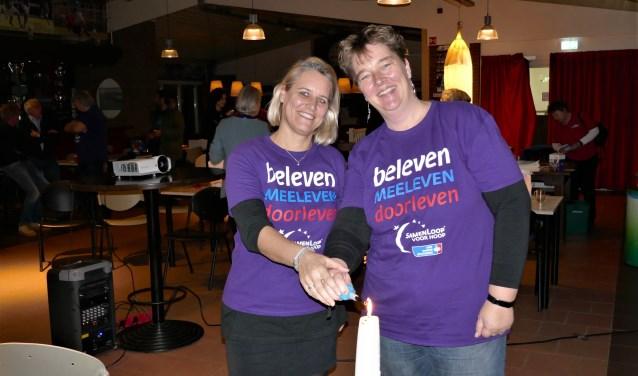 Initiatiefnemers Danielle en Marion op de startbijeenkomst. Op hun shirt het motto van de SamenLoop voor Hoop.
