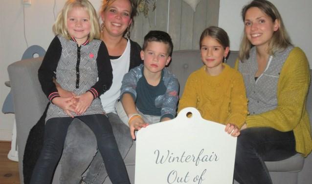 Ronella en Diana (r) de actievelingen voor de winterfair in Oude uitbreiding-oost.