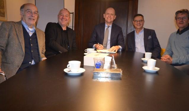 V.l.n.r.: Rob van de Weerd, Bart van Asperdt, notaris Mark Sprenkels, Ed Speijer en schooldirecteur Jan Heijman