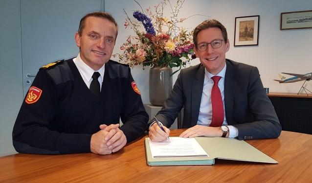 Burgemeester Tjapko Poppens en Tijs van Lieshout, commandant Brandweer Amsterdam-Amstelland ondertekenen de Dienstverleningsovereenkomst Gemeentelijke Bluswatervoorzieningen met hernieuwde afspraken over werkzaamheden van de brandweer in Amstelveen.