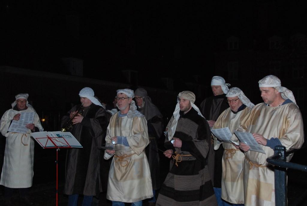 Een zanggroep treedt op voor het kasteel. Adriaan Hosang © BDU media