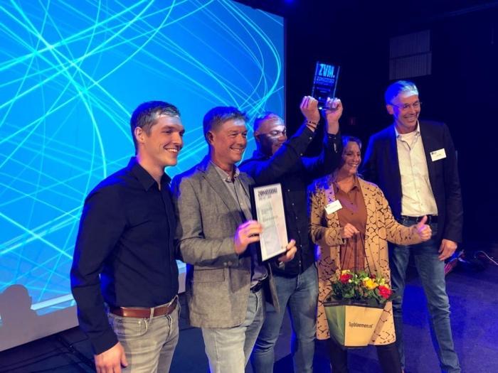 Het team van Wonnink Zonwering neemt de prijs van Zonvakker van het jaar in ontvangst.
