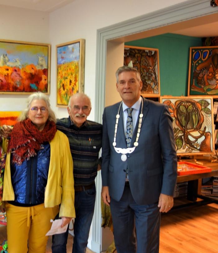 Dianne, haar man Wout en burgemeester Naafs Wilma Hielema © BDU
