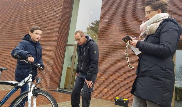 Zwaantje van de Water controleert nauwgezet de fiets van Ruben.