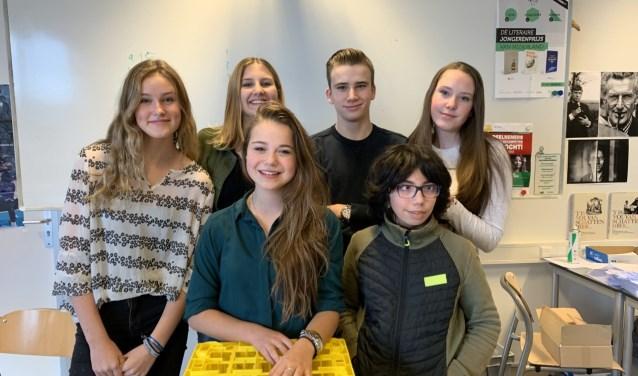 Achter: Tess Thomas, Luna Boskeljon, Sander Blankestein, Lotte Dekker, voor: Naomi Rumkorf, Massine Dahmaza.