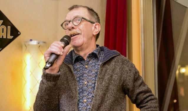 Huub Smink, eigenaar van Kafé van Zanten, ontvangt Lenaert Nicasiusspeld