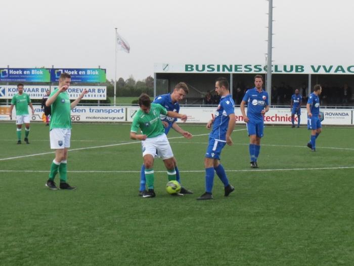 Pieter Kroon namens Hardinxveld in duel met VVAC Teus Stam © BDU media