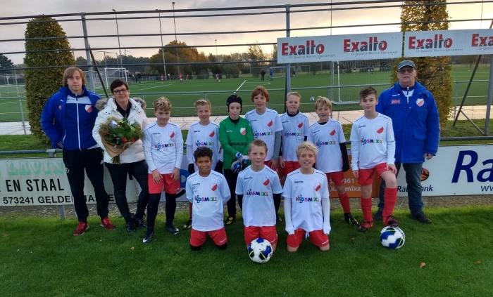 JO12-1 v.v. Hardinxveld poseert met sponsor mevrouw Kraaijveld van Kidsmix op de foto in hun nieuwe tenues