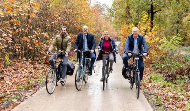 Wethouders Wouter Catsburg (Zeist), Anita Vlam (Woudenberg), en Gerrit Boonzaaijer (Utrechtse Heuvelrug) testen de vernieuwde Traayweg samen met gedeputeerde Arne Schaddelee.
