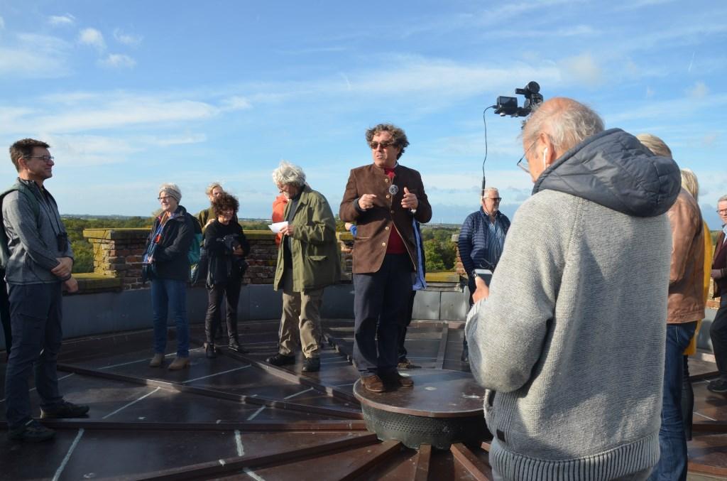 Kasteelheer Alex van Helsdingen vertelt over de toren Ali van Vemde © BDU media