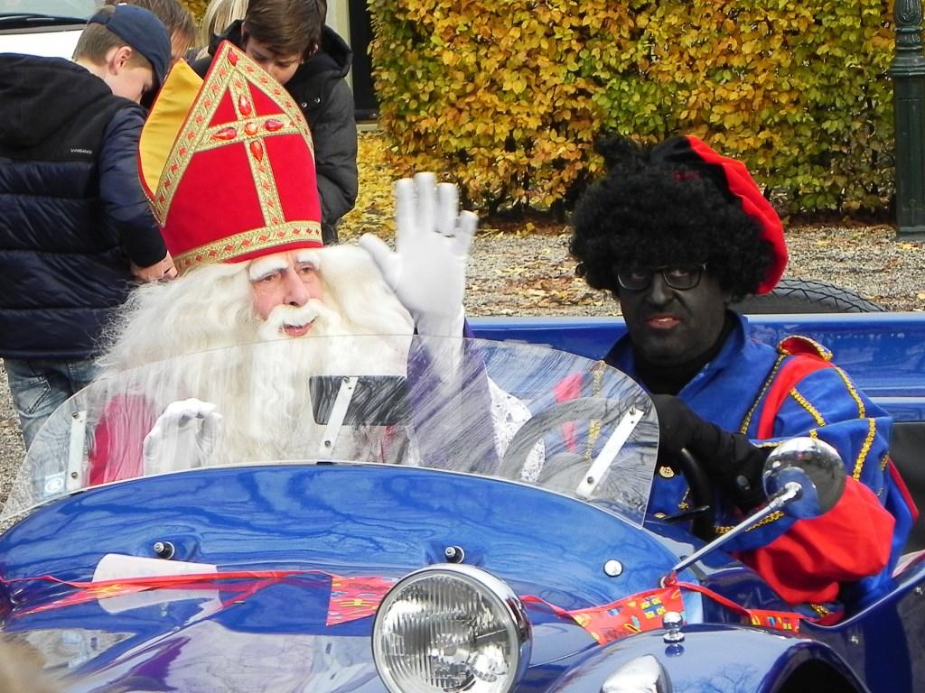 Sinterklaas kwam aan in zijn Sintmobiel: een VW Buggy uit 1965.