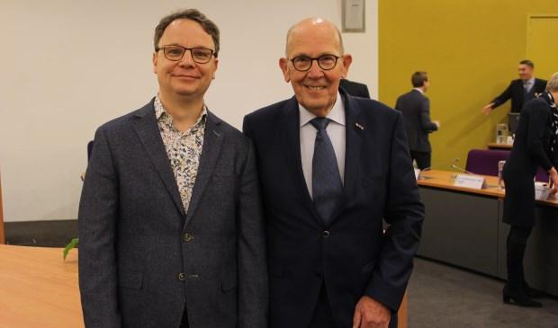 Initiatiefnemers David Jimmink (l) en Jan de Jong voor aanvang van de raadsvergadering