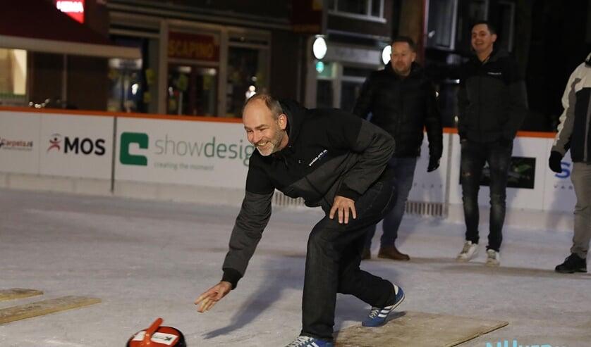 Wilbert van den Burg kwam vorig jaar voor het eerst in contact met de ijsbaan, toen hij werd gevraagd om in te vallen in een curlingteam