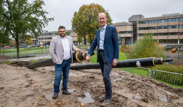 Wethouder Lex Hoefsloot en directeur van Warmtebedrijf Ede Valentijn Kleijnen bij de uitbreiding van het slimme groene warmtenet op het Raadhuisplein.