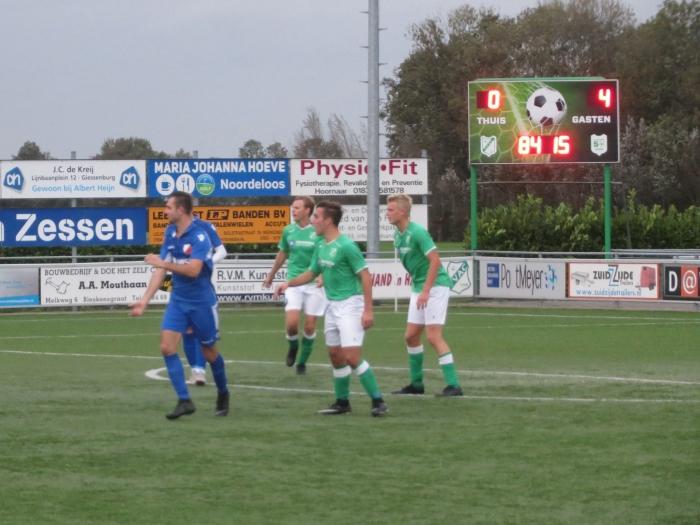 De eindstand staat op het scorebord bij VVAC - Hardinxveld Teus Stam © BDU media