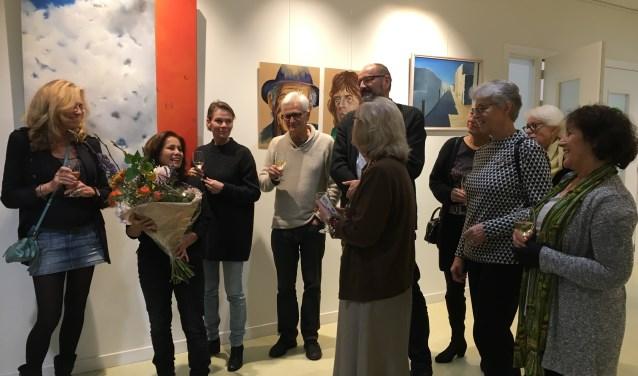 Sonja Jansen in de bloemen bij expositie Amstel Art School