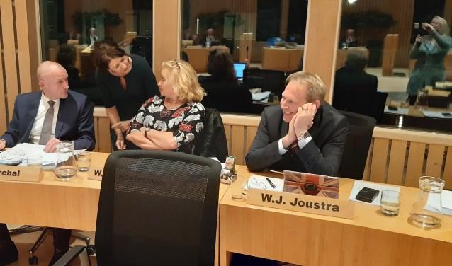 Wethouders Hans Marchal, Wil Kosterman en Willem Joustra - met staand de gemeentesecretaris