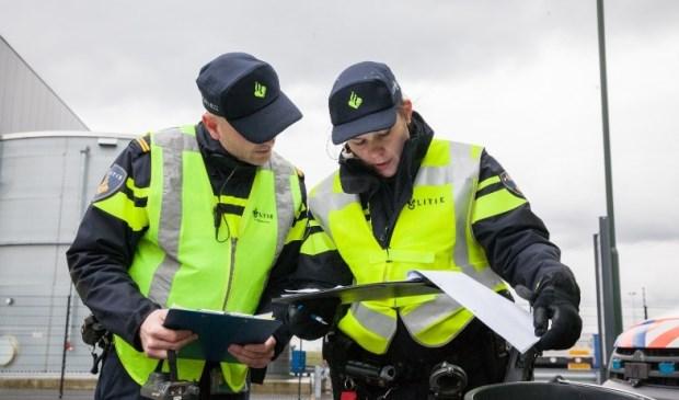 Agenten controleren gegevens.