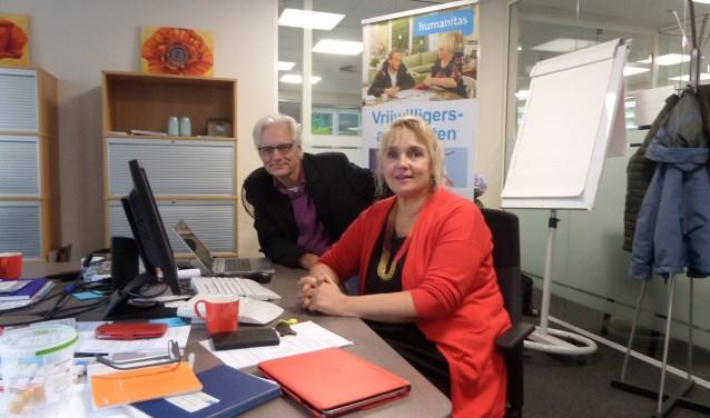 Bestuurslid Dennis Dijkstra en coördinator Linda van het Kaar aan het werk op het kantoor van Humanitas Zuid-Kennemerland.