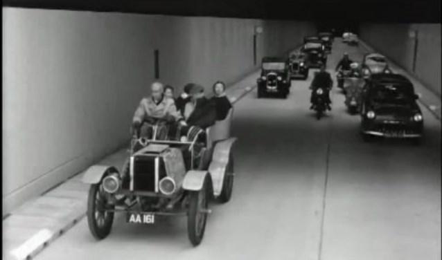 De eerste auto's in de Velsertunnel.