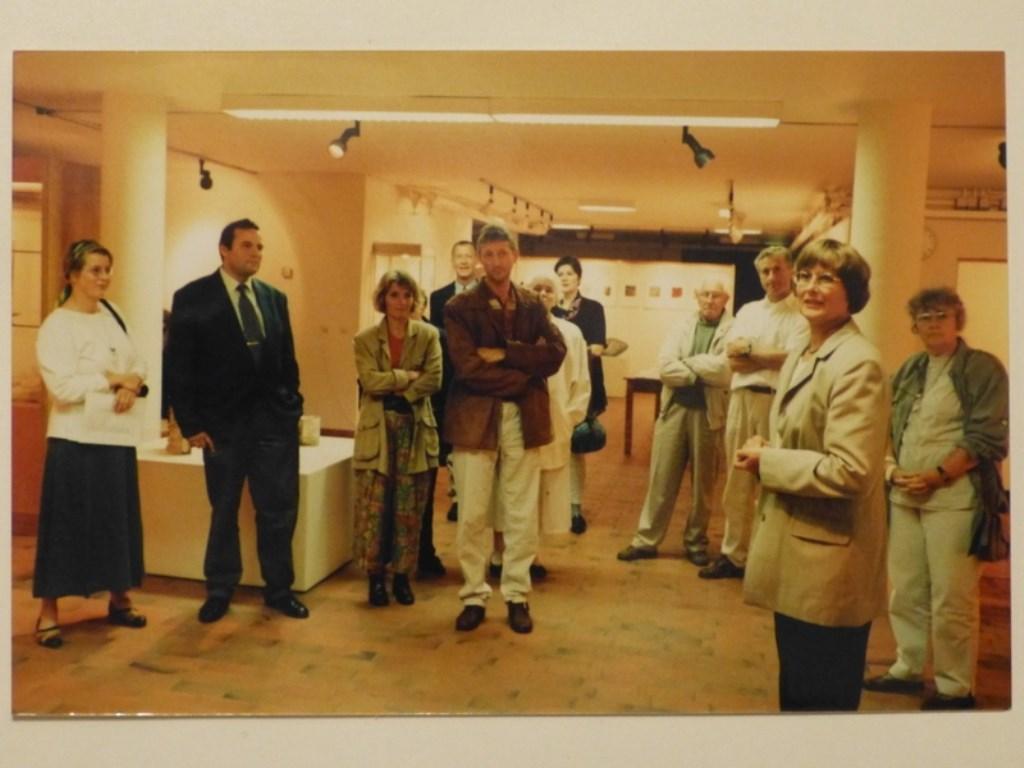 Atty Heiting tijdens de opening van een expositin de jaren negentig. De Kunstkelder © BDU media