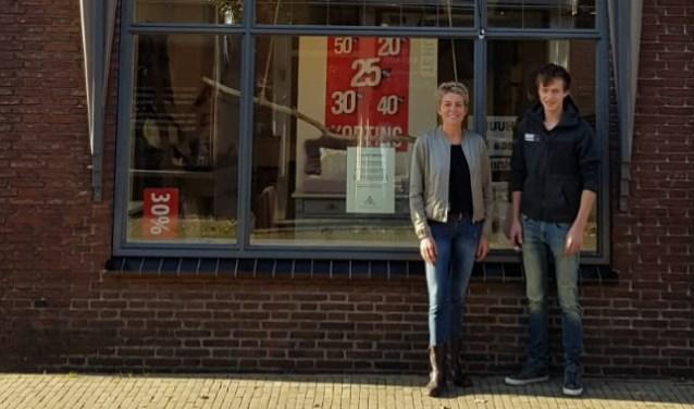 Jacoline van Luttikhuizen en haar neef Gijsbert voor het pand van Nieuwe Dromen.