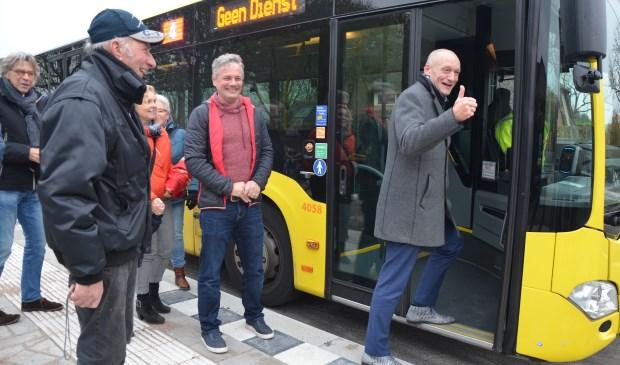 Wethouder Hans Marchal neemt de nieuwe bushalte in gebruik