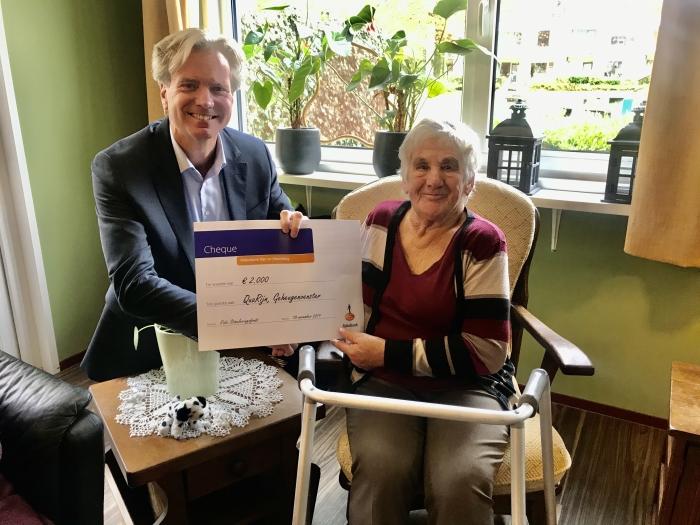 Bewoner Beatrix mevrouw Kothuis ontvangt de donatie van Migchel Dirksen Directievoorzitter/Algemeen Directeur at Rabobank